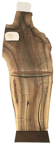 Standobjekt aus einer Nussbaum-Scheibe (Frontal-Ansicht), mit Glasablage mittig, darüber Fossil-Applikation, Fossil-Einsatz oben