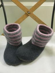 Filzpuschen Modell Billi Filzstiefelchen mit gestreiftem Schaft Puschen in anthrazit Schaft in rosa grau