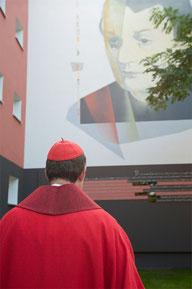 Kardinal Woelki vor dem Bild von Arnold Fortuin in der Harzer Strasse