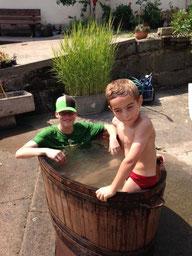 dominic und Julian im Pool :-)