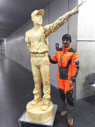 日ハム栗山監督の実物大木彫と児玉光氏の写真