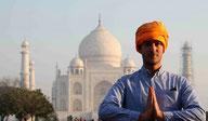 Namasté, le salut indien, devant le Taj Mahal