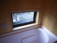 庭の見える浴室