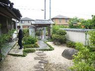 手入れの行き届いた庭と数奇屋門