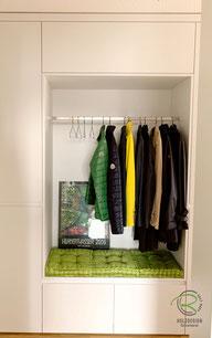 offene Garderobennische in Einbaugarderbe, Garderobenschrank in weiß mit offener Garderobennische mit Kleiderstange u. weißer Griffleiste