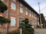 繭倉庫入口。フランスと日本の和洋折衷な建造物が素晴らしい。富岡の自然環境は製糸場に最も適していたとか。レンガも地元産。