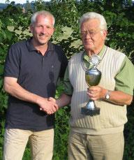 Vorsitzender Martin Stiens gratuliert Hans Schraeder (v.l.) zum ersten Konkurs ab Hemau.