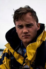 Schwedischer Mann beim Segeln.