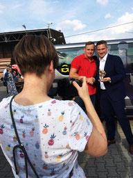 Suse Eckart beim Fotografieren von Wirtschaftsminister Martin Dulig und einem Mitarbeiter von Spezialgerüstbau.