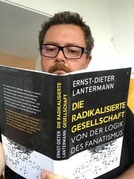 """Max Neumeyer liest das Buch """"Die radikalisierte Gesellschaft"""""""