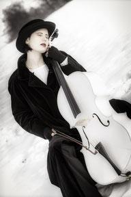 Ravienne Art Model - Foto, Cello, Musik auf Reisen, Weißes Cello auf Reisen, Schnee