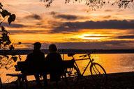 Ehepaar auf der Bank im Sonnenuntergang