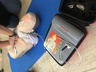 Reanimationstraining mit dem Defibrillator im Erste Hilfe Kurs