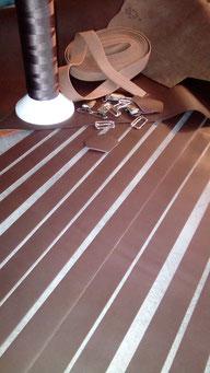 fabrication de bretelles en cuir dans l'atelier ml-sellier