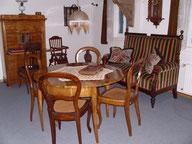 Bürgerliches Mobiliar (Tisch um 1850, Sekretär um 1870)
