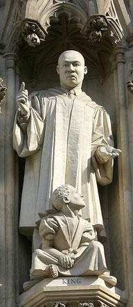 Статуя Мартина Лютера Кинга над западным входом в Вестминстерское аббатство