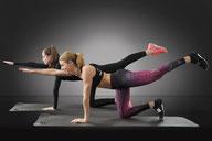 Deux jeunes femmes en tenue de sport font des exercices de fitness
