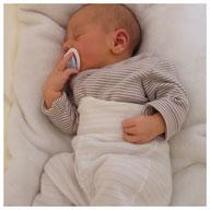 Kind träumt in Babywiege von Wombagee