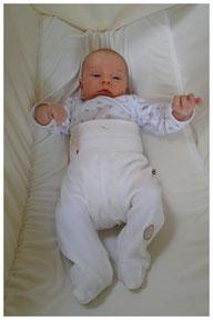 Baby schaukelt in Federwiege
