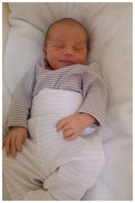 Baby schläft in Babyrwiege von Wombagee