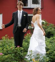 Ein Hochzeitspaar stellt sich für ein Foto auf