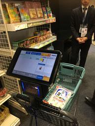 スマートカートで買い物する様子 画像