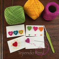 Tarjetas de San Valentín tcon corazones tejidos a crochet