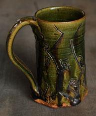美濃焼の伝統釉、織部のジョッキ。原土を使用し制作したもの