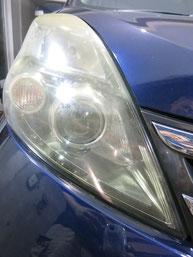 トヨタ・アイシスのヘッドライトの曇り・黄ばみ・劣化の除去(修理・修復)、右側修理前1