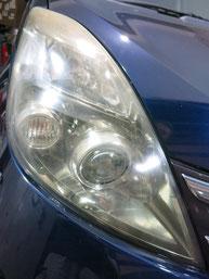 トヨタ・アイシスのヘッドライトの曇り・黄ばみ・劣化の除去(修理・修復)、右側修理前2
