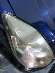 トヨタ・アイシスのヘッドライトの曇り・黄ばみ・劣化の除去(修理・修復)、右側修理前4