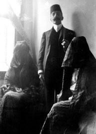 Pierre Loti, en 1904, entre Zennour et Nouriye, les deux filles de Nouri Bey, un proche du sultan. Photo Coll. part. A. Quella-Villéger