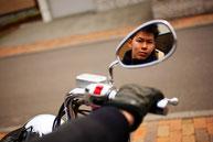 バイクに乗る男性のイメージ9