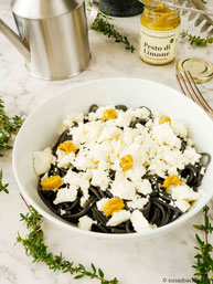 schwarze Spaghetti mit Feta und Pesto di Limone