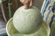 Keramik Atelier Erbslöh Glasieren einer Gartenkugel
