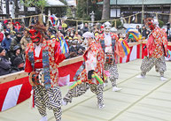 踊りを披露する保存会メンバー
