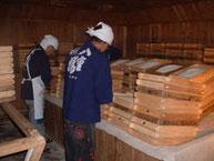 明治時代の土蔵造りの仕込み蔵。麹室で麹造りを行う