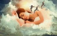 Entouré de nuages floconneux, blancs, une femme dort en souriant