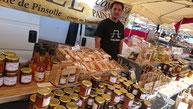 ©La Ruche de Pinsolle / Stand de marché miel confitures pains d'épices avec le marchand M. Boulin Stéphane, gérant / Marché de Vieux-Boucau 2015 / www.laruchedepinsolle.com