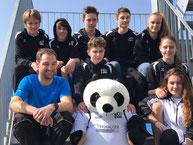 Mixed Team LCB U16 mit Trainer Remo Wyss, LCB-Maskottchen und LCB-Support-Team.