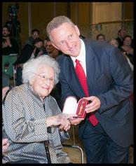 Hilde Zadek mit Gemeinderat Ernst Woller bei der Überreichung des Goldenen Rathausmannes