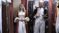 """Online-Redakteurin Freya Köhring und LZ-Mitarbeiter Jannik Stohdiek probieren ein paar Kostüme aus. (© Foto LZ) Hier eine Prinzessin, da ein Pirat und dort eine riesige Maus. In der """"Märchengasse"""" in Kohlstädt kann man sich in fast alles verwandeln."""