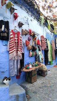 夏でも冬でも毛糸の小物が売ってます。モロッコ青い街シャウエン在住Mika