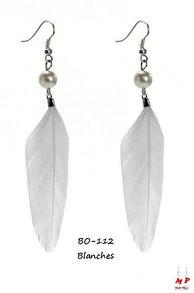 Boucles d'oreilles pendantes plumes blanches et perles nacrées