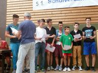 Herr Streicher übergab die Ehrenurkunden an die Jungs...