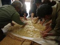 味噌や甘酒用に糀作りを初体験。3日間泊りがけで参加した人も!