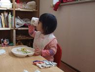 食事をしている子ども