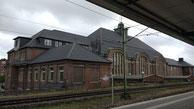 Bahnhof Bremerhaven Hauptbahnhof Blick von den Bahnsteigen auf das Bahnhofsgebäude.