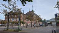 Bahnhof Bremerhaven Hauptbahnhof,  Blick aus Nordwesten vom Parkplatz neben dem Bahnhofsvorplatz auf das Bahnhofsgebäude, Taken on 7 May 2020