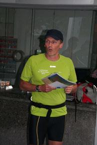 Jürg Kellenberger erklärt das bevorstehende Training und gibt die Zielsetzungen bekannt.